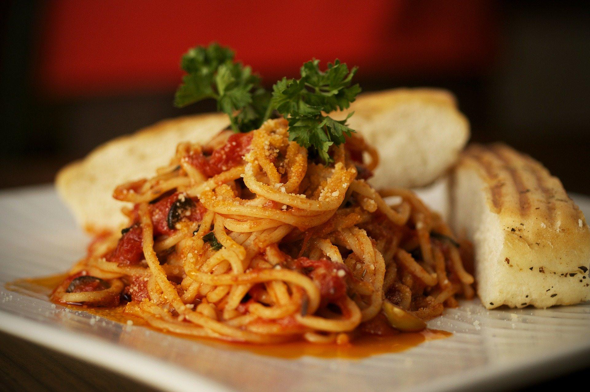 Makaron spaghetti z oliwkami i suszonymi pomidorami - przepis
