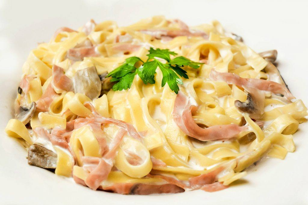 Makaron z mozzarellą, szynką i pieczarkami - przepis