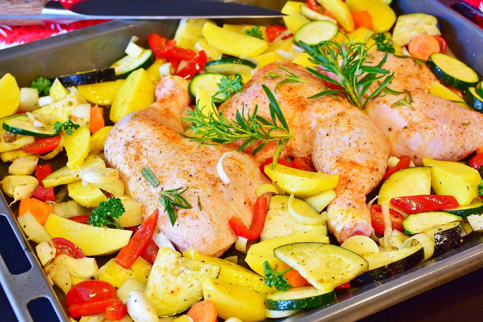 pieczone udka z kurczaka w miodzie z warzywami - przepis