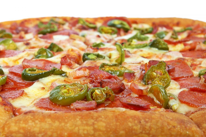 Pizza wiejska z salami i kabanosem – przepis