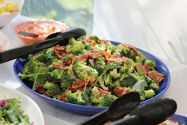 Sałatka brokułowa z boczkiem – przepis