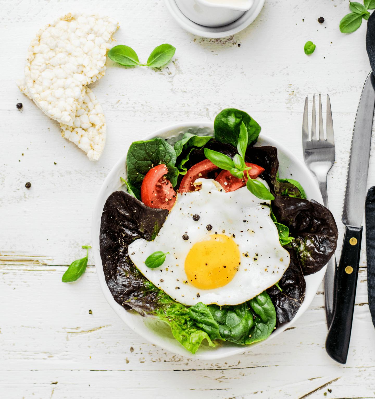 Sałatka z jajkiem sadzonym i pomidorem – przepis