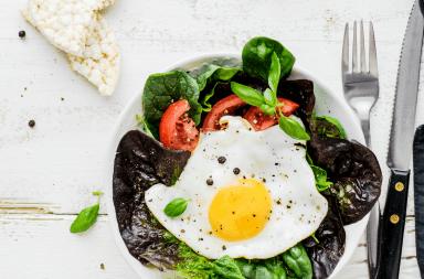 sałatka z jajkiem sadzonym i pomidorem przepis
