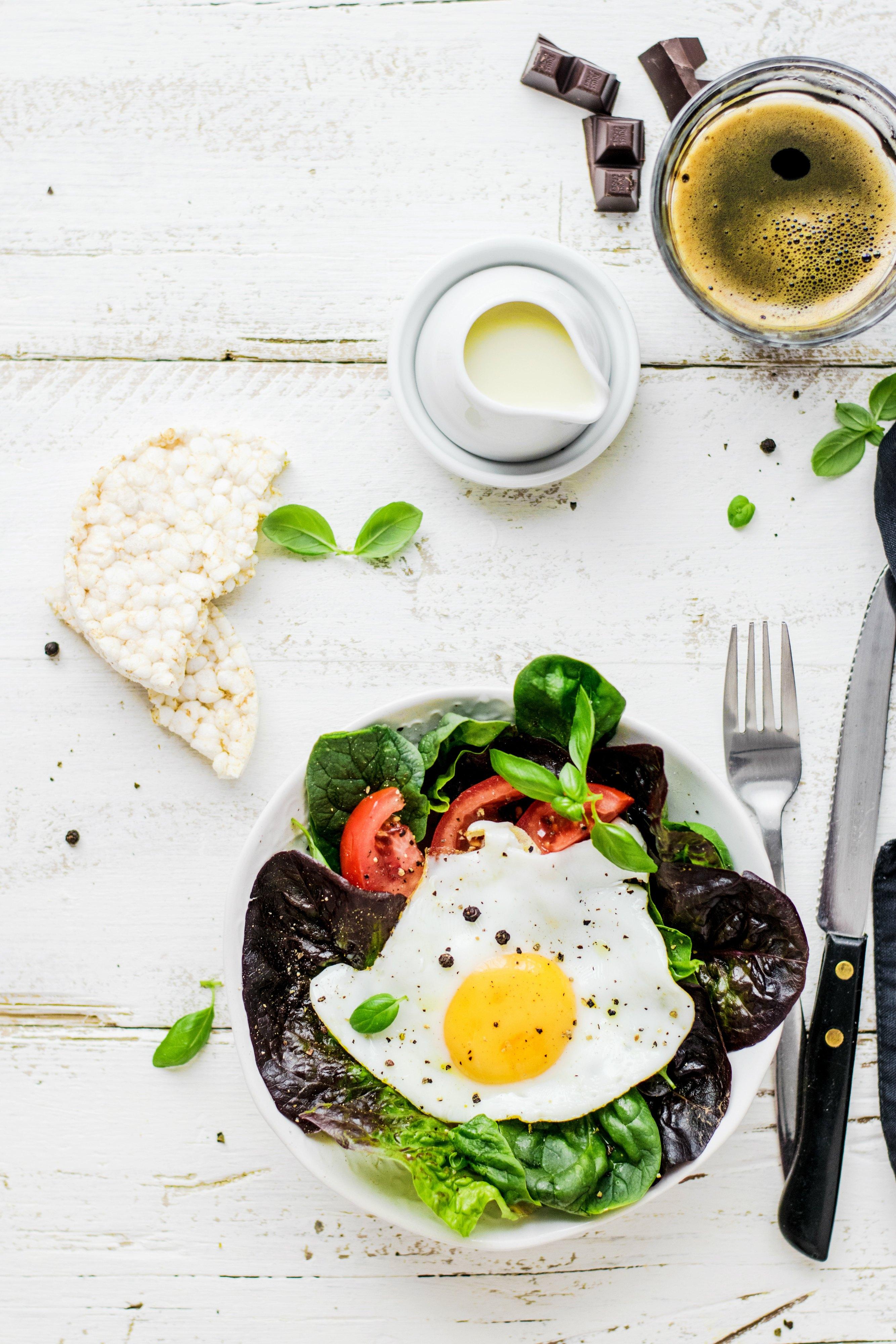 sałatka z jajkiem sadzonym i pomidorem