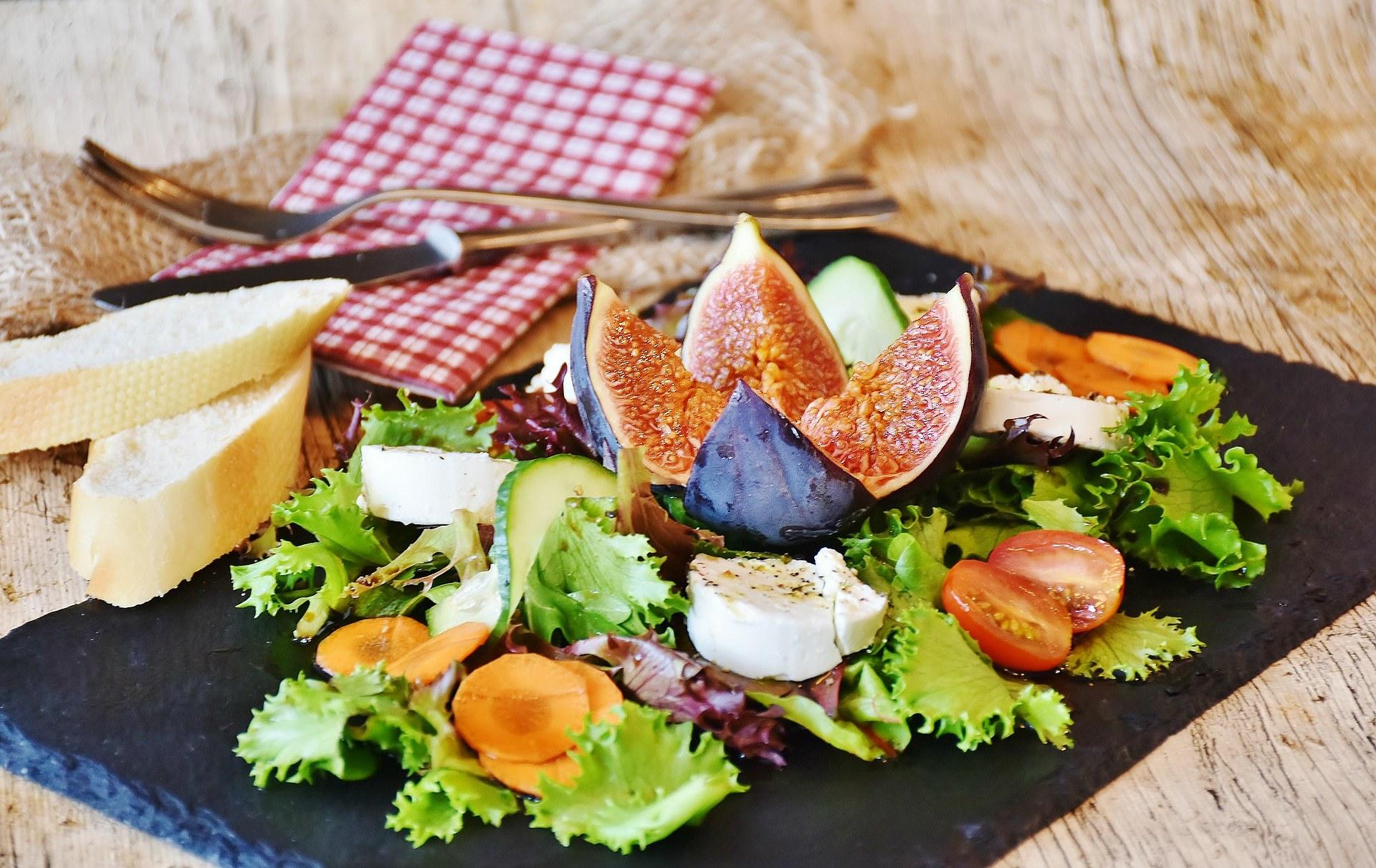 Przepis na sałatkę z kozim serem, figami i pomidorami