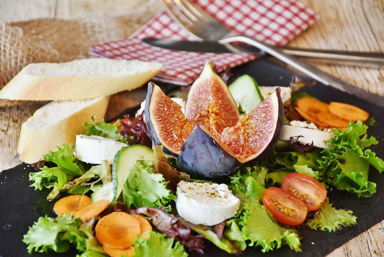 Sałatka z kozim serem, figami i pomidorami – przepis