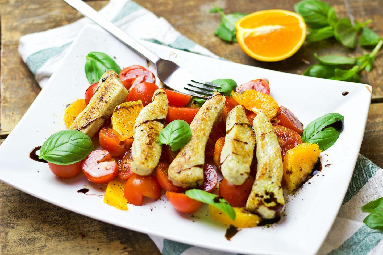 Sałatka z grillowanym kurczakiem i pomarańczą – przepis