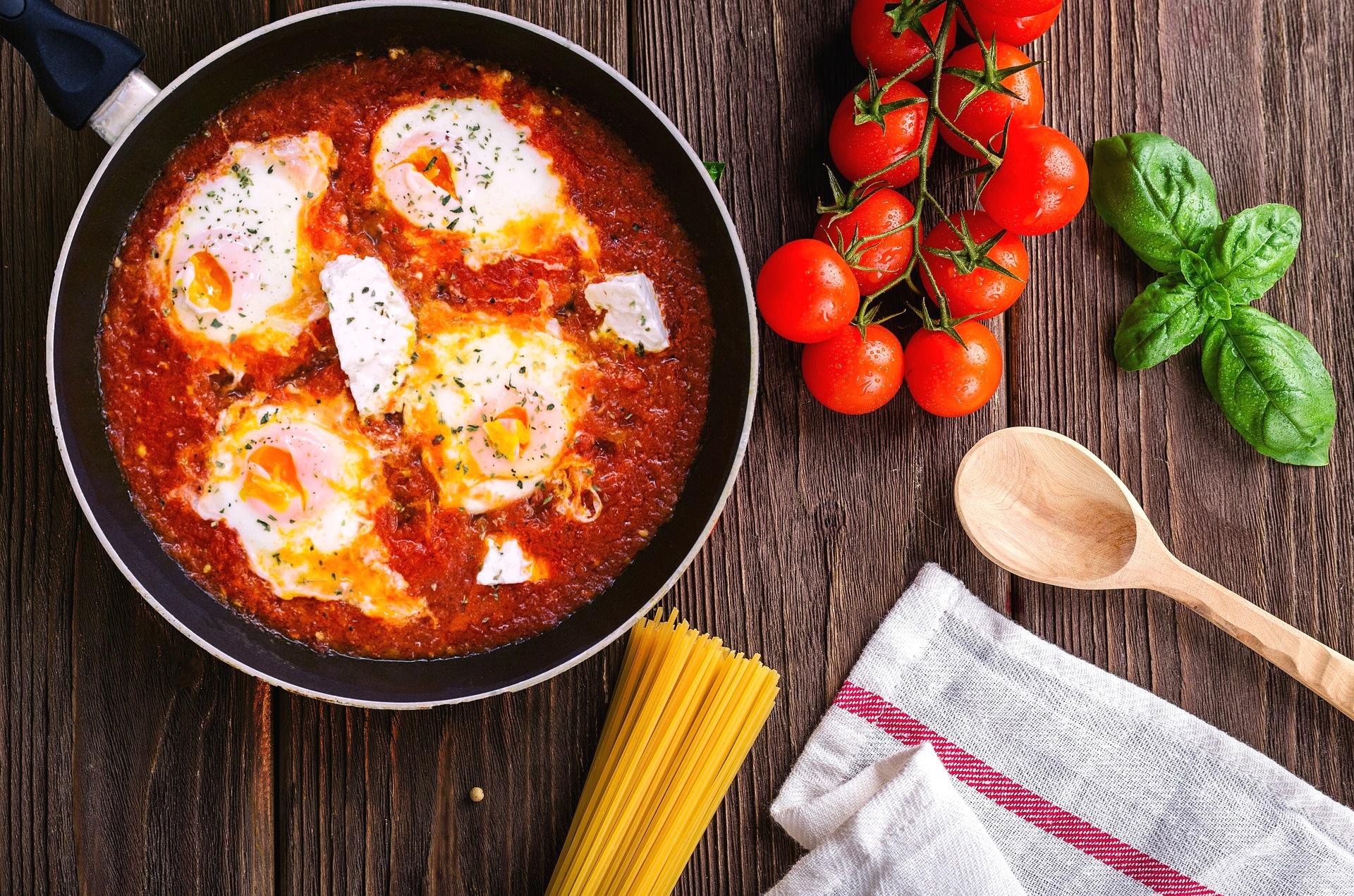 Jajka sadzone z pomidorami na patelni - przepis