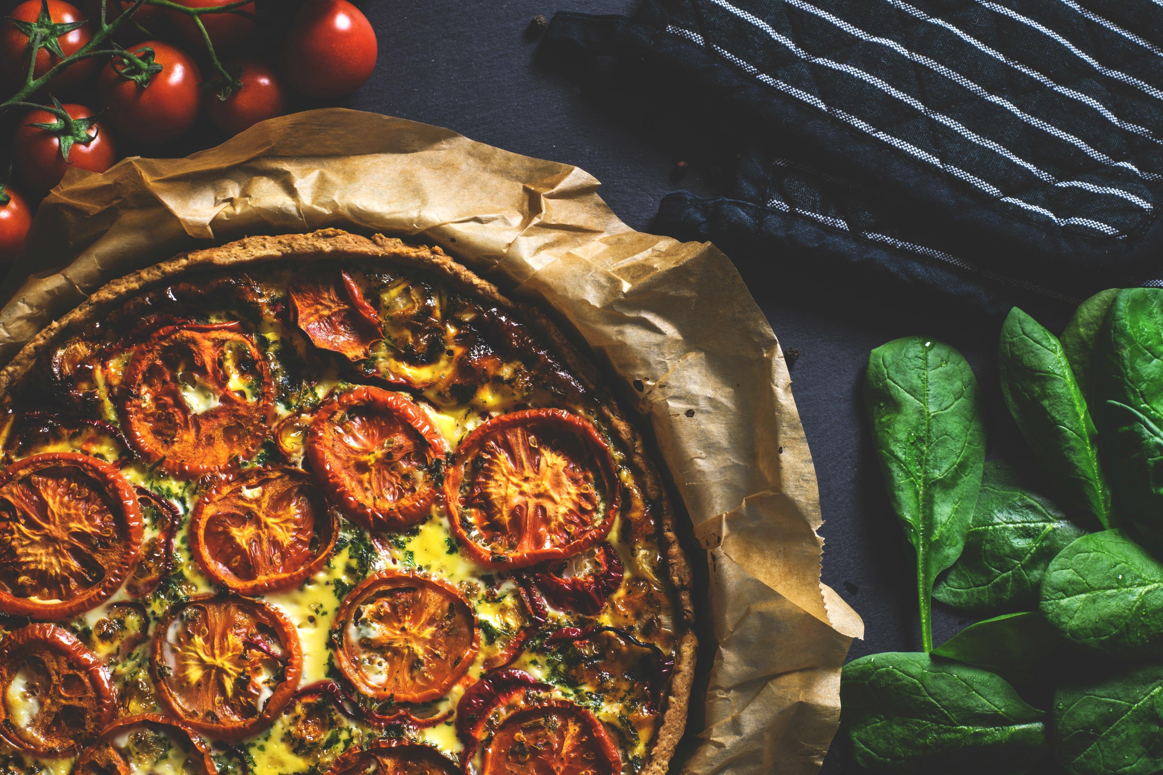 Tarta szpinakowa z pomidorami i serem feta