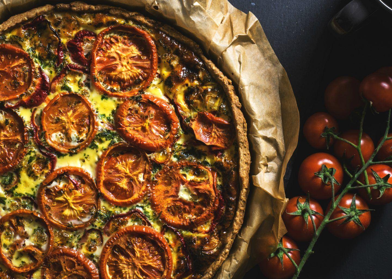 Tarta na słono ze szpinakiem, pomidorami i serem feta – przepis