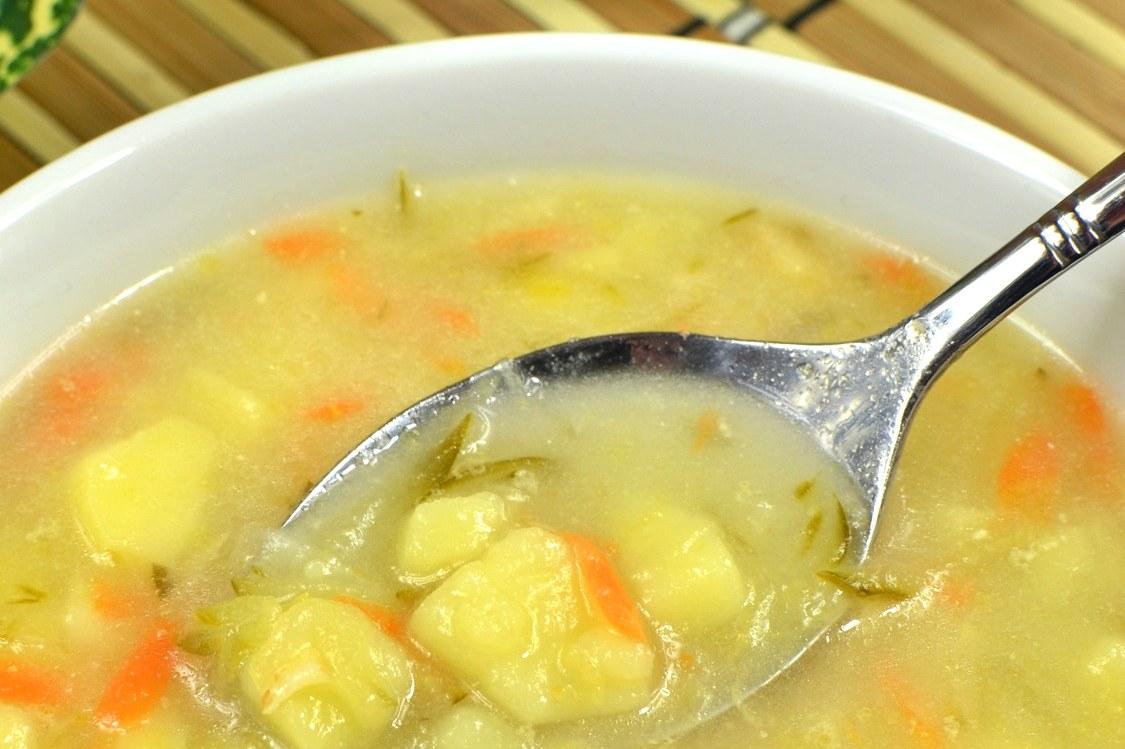 Domowa zupa ogórkowa z ziemniakami - prosty przepis