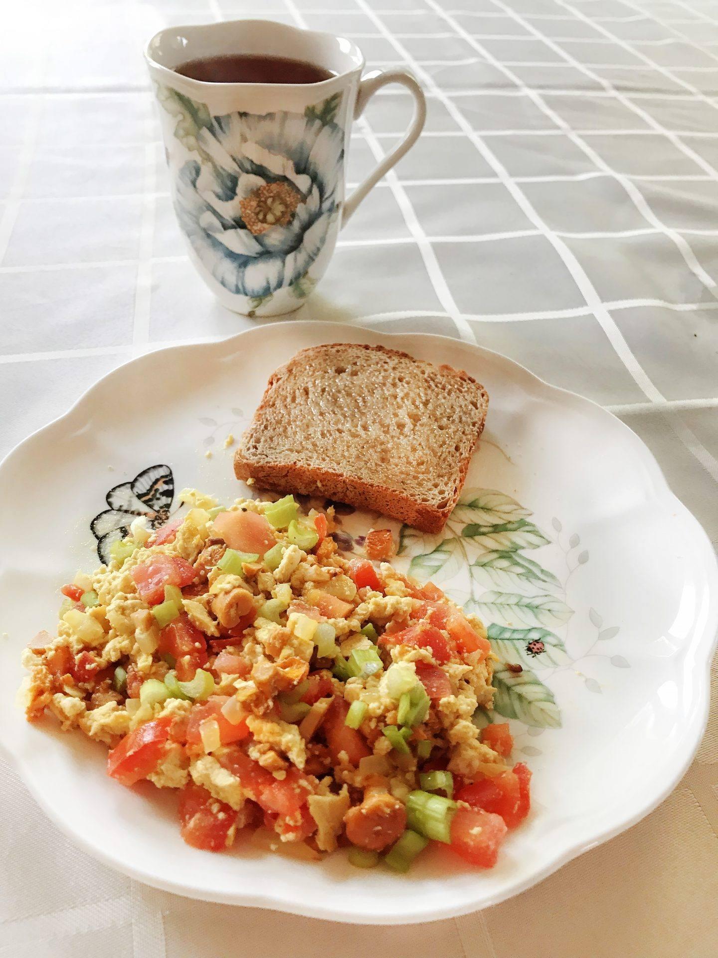 """Tofucznica z kurkami, pomidorami i szczypiorkiem - przepis na wegańską """"jajecznicę"""""""