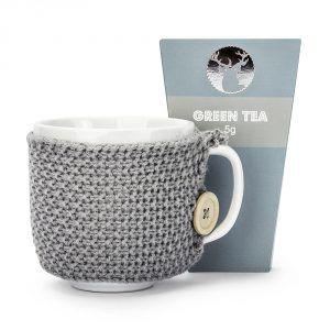 Kubek ceramiczny w sweterku z herbatą zieloną