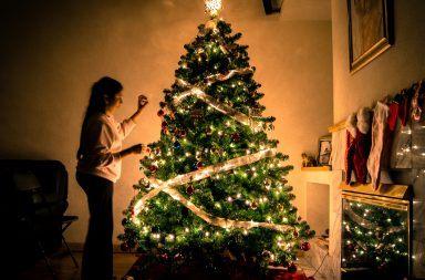 jak ozdobic choinke 384x253 - Jak ładnie udekorować choinkę na Święta? – Ozdoby i lampki choinkowe