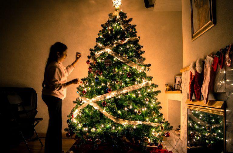 jak ozdobic choinke 768x506 - Jak ładnie udekorować choinkę na Święta? – Ozdoby i lampki choinkowe
