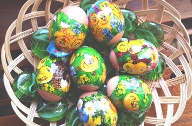 jak ozdobic jajka na wielkanoc 384x253 - Jak szybko ozdobić jajka wielkanocne na stół i do koszyczka?