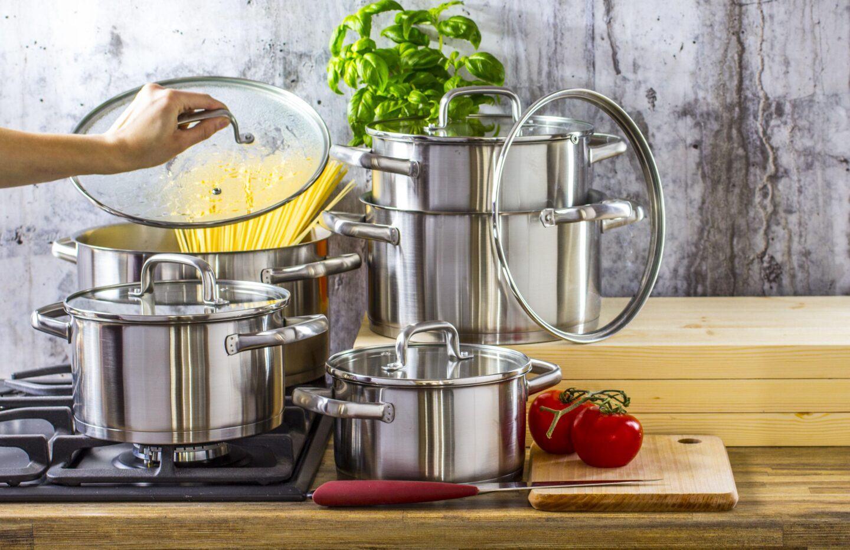 Stal nierdzewna w kuchni. Jakie stalowe produkty warto mieć?