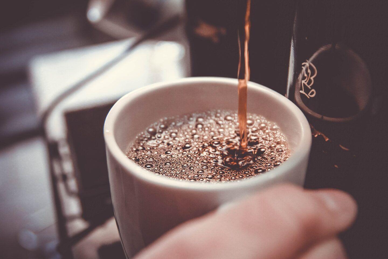 Kawiarka czy ekspres do kawy? Co lepsze dla kawosza?