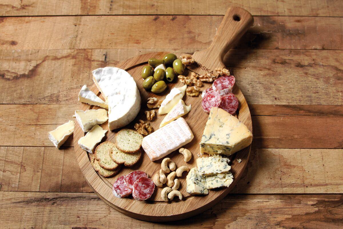 Jak podać sery na stół? 5 pomysłów na serowe przekąski