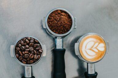 ziarna kawy, kawa z mlekiem