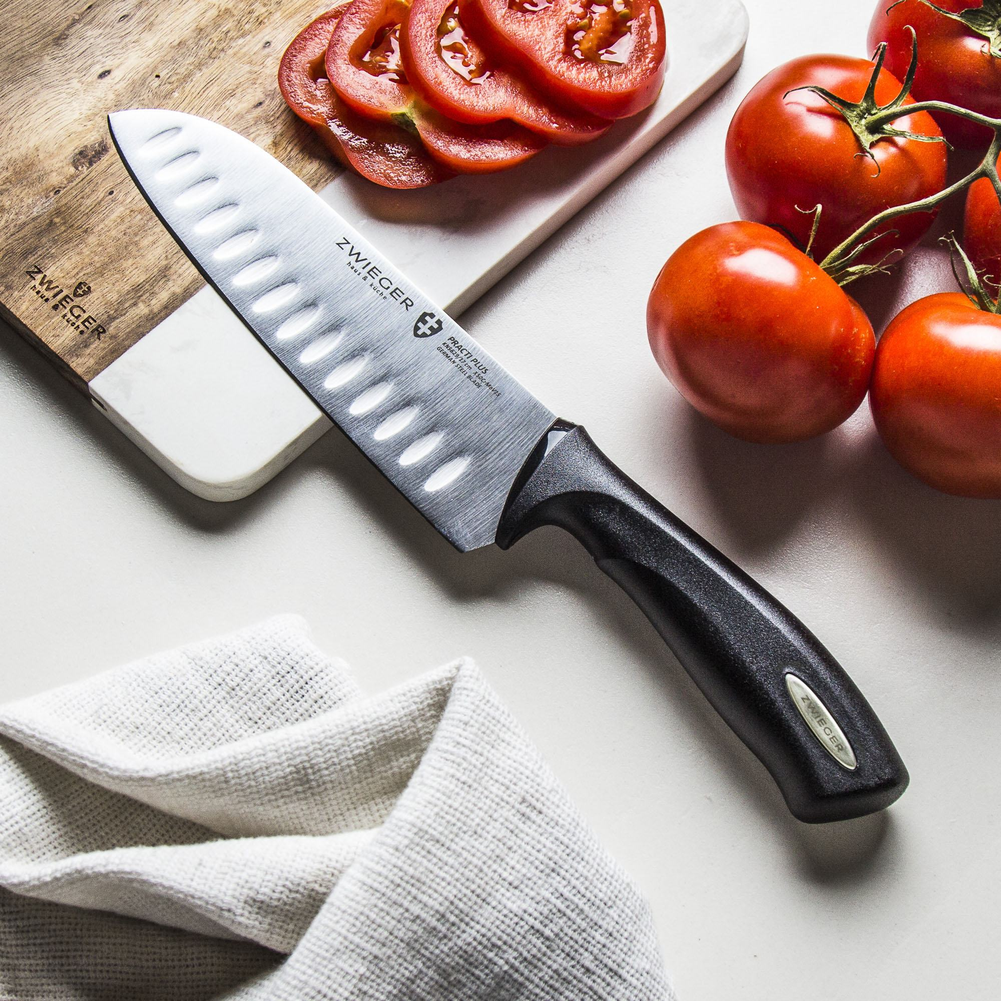 nóż i pomidory