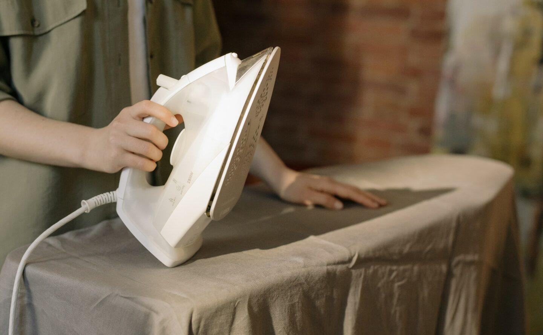 Jak prasować spodnie w kant i plisowaną spódnicę?