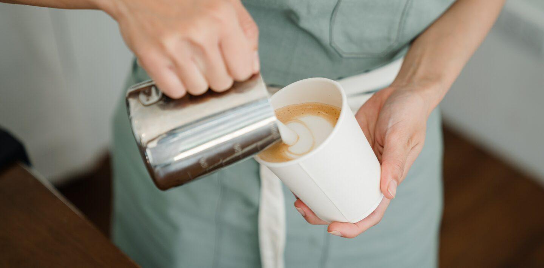 Uwielbiasz białą kawę? Sprawdź, dlaczego warto mieć spieniacz do mleka!