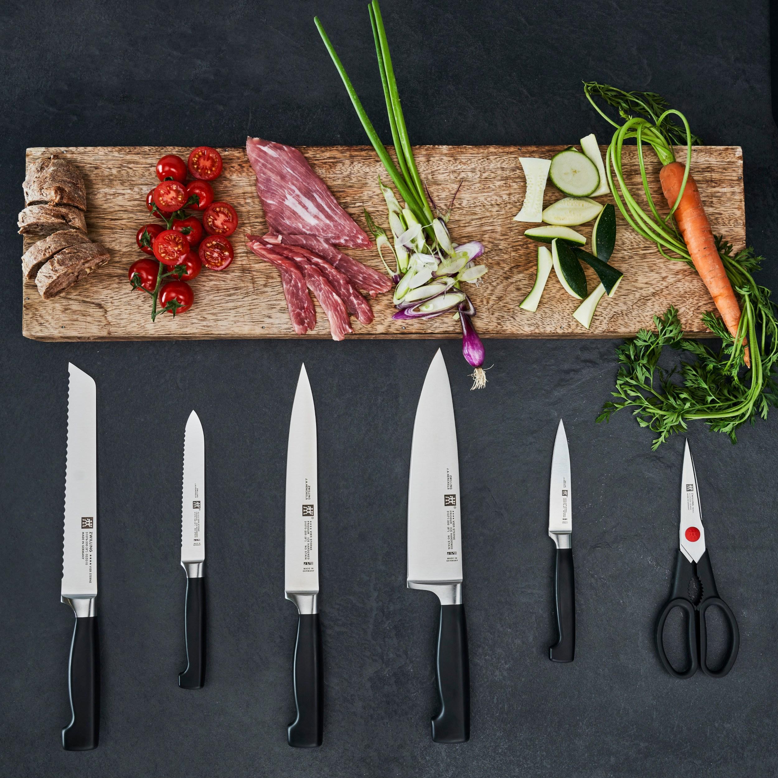 noże i pokrojona żywność