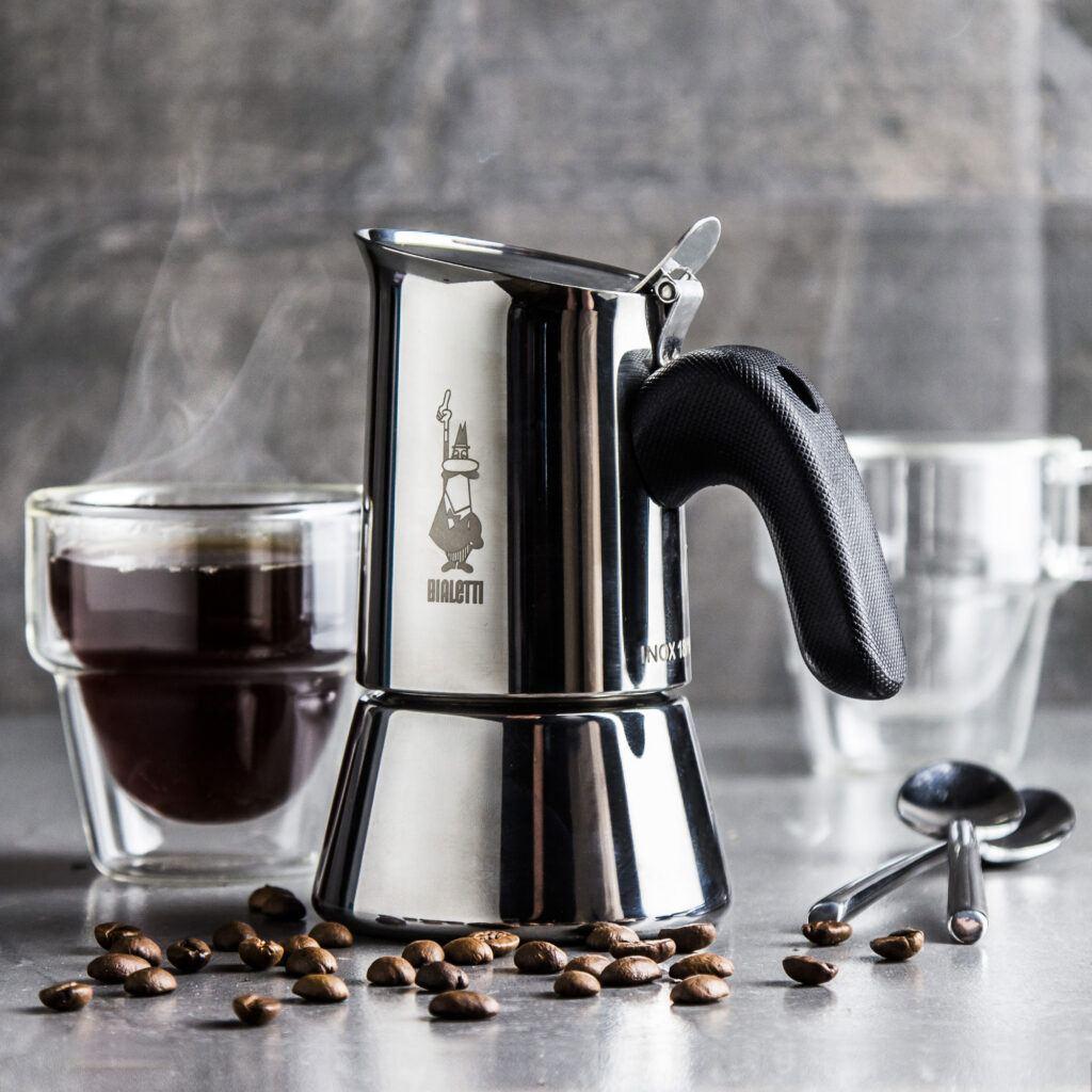 srebrna kawiarka z filiżanką kawy